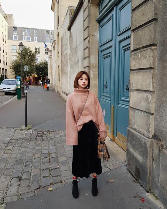 Bốt vải nỉ, vải nhung, phom dáng ôm sát cổ chân là sản phẩm đắt hàng ở xu hướng thu đông 2017/208. Ở mùa thời trang mới, chúng vẫn được các fashionista săn lùng.