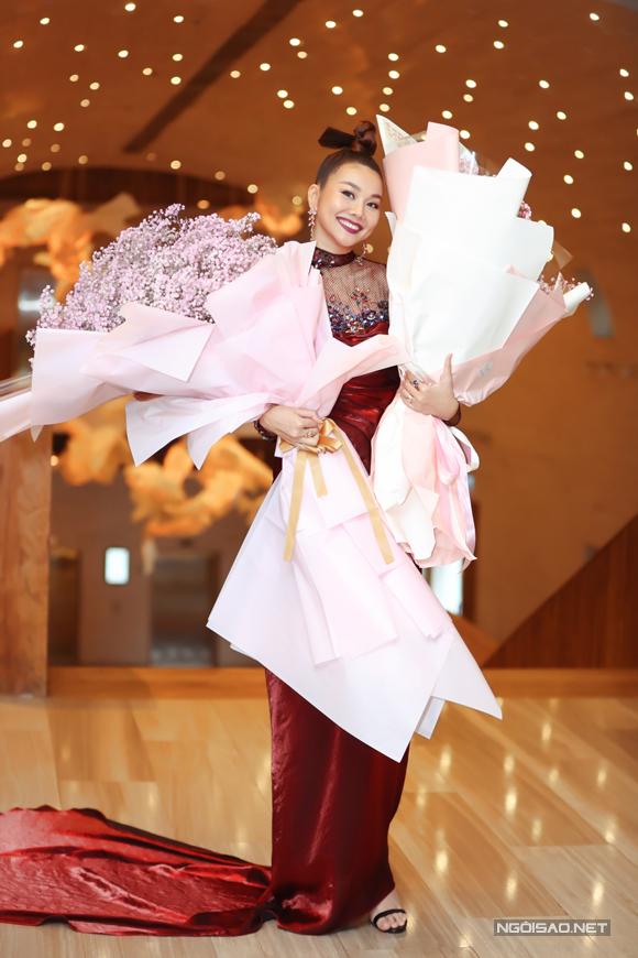 Nữ diễn viên cười rạng rỡ khi nhận những bó hoa lớn từ fan hâm mộ và các học trò.
