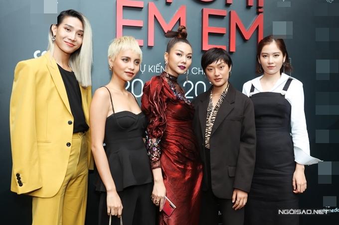 Nam Anh (phải) - chị sinh đôi của Nam Em cùng các thành viên đội Thanh Hằng trong show The Face tới chúc mừng phim của HLV.
