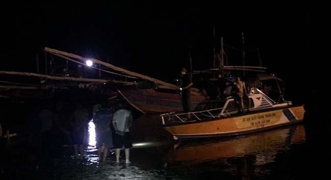 Bộ đội biên phòng và cảnh sát cứu hoả tìm cách tiếp cận con tàu bị nạn.