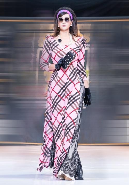 Cựu người mẫu cho biết hạnh phúc khi được mời diễn mở màn và khoác lên mình chiếc áo dài theo phong cách vintage.