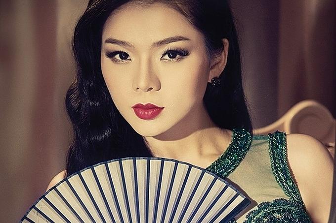 Chuyên gia trang điểm của ca sĩ từng nhận xét, Lệ Quyên càng trang điểm đậm càng đẹp. Người đẹp khi xuất hiện trên sân khấu chỉ chọn một kiểu makeup tôn vẻ đẹp sang trọng, quý phái.