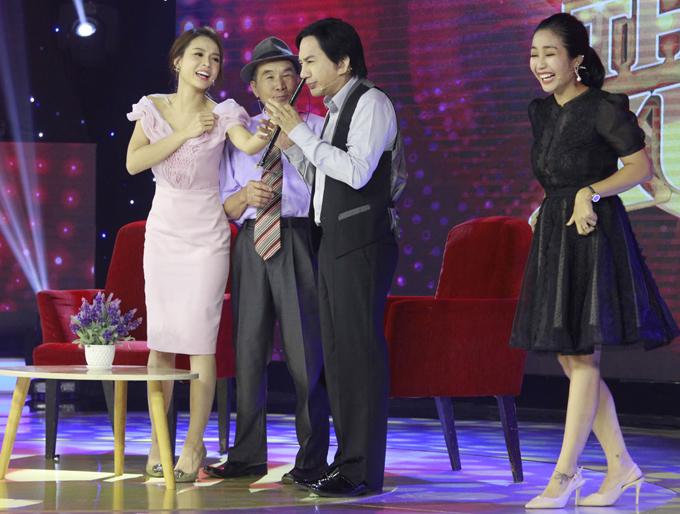 Nghệ sĩ cải lương cầm cây sáo cố gắng bắt chước cụ Nâu nhưng không tạo được âm thanh gì. Diễn viên Ốc Thanh Vân và MC Sam cười ngặt nghẽo khi chứng kiến đàn anh trổ tài thất bại.