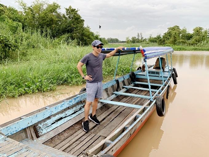 Lý Hải khảo sát bối cảnh miền Tây sông nước.