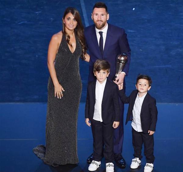 Chủ nhân danh hiệu Cầu thủ hay nhất năm - Lionel Messi - mừng
