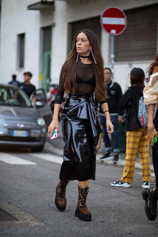 Những bạn gái thích sự nổi bật và muốn thu hút ánh nhìn khi xuất hiện thì váy da bóng là lựa chọn hợp lý.