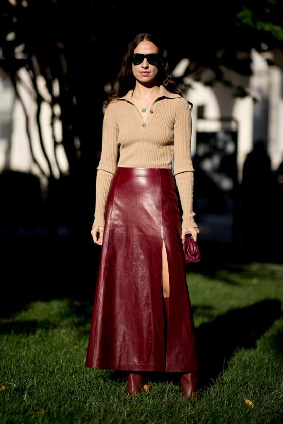 Chân váy da ở mùa mốt năm nay được thể hiện trên nhiều phom dáng khác nhau. Ngoài kiểu chân váy bút chì, váy midi thông dụng còn các mẫu váy xoè, váy xẻ trẻ trung.