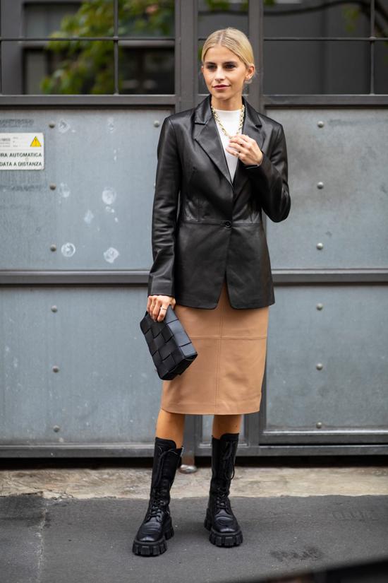 Khi không khí bắt đầu se lạnh, cũng là thời điểm trang phục da giành lại mảnh đất mầu mỡ trong trào lưu ăn mặc thịnh hành.