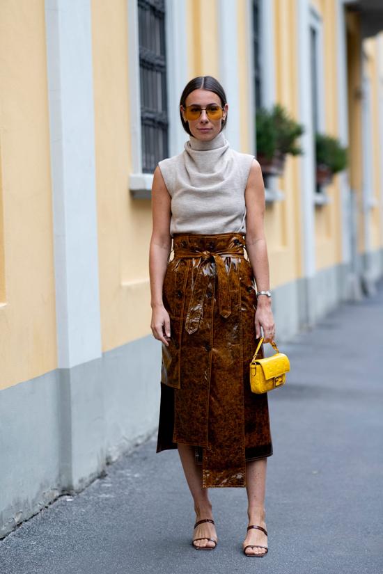 Chân váy da mix cùng các kiểu áo len tăm, áo len sát nách, áo dệt kim mỏng là phong cách được các fashionista thế giới ưa chuộng ở đầu mùa thu 2019.