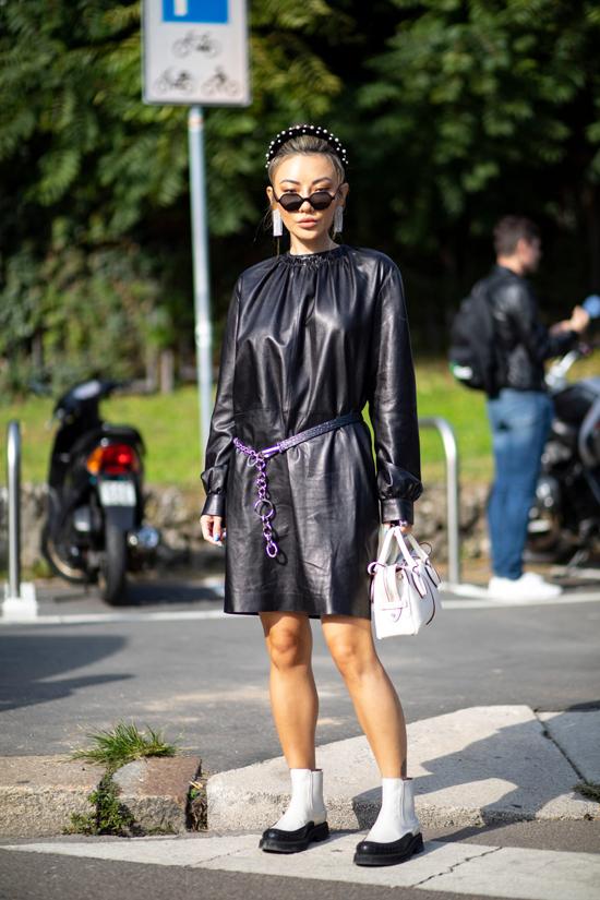 Những mẫu váy dáng suông quen thuộc bỗng trở nên mới mẻ hơn bởi cách sử dụng chất liệu da bê, da tổng hợp.