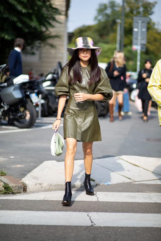 Khi nói đến quần áo da, người ta nghĩ đến nay sự cá tính.Nhưng ở xu hướng năm nay, những cô nàng chuộng phong cách bánh bèo xinh xắn vẫn có thể thoả thích lựa chọn váy áo hợp với sở thích.
