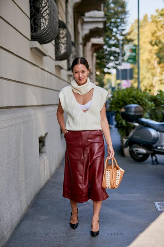 Chân váy da bê nhiều tông màu, phom dáng đơn giản là trang phục các nàng công sở phía Bắc có thể tham khảo để chưng diện ở mùa đông năm nay.