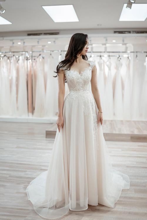 Khi tháo phần tùng xòe bồng bềnh, thiết kế trở thành một chiếc váy chữ A với phần đuôi dài vừa phải để cô dâu dễ dàng di chuyển trong buổi tiệc. Nếu không gian hôn lễ của bạn bao gồm cả trong nhà và ngoài trời thì đây là một mẫu váy không thể bỏ qua.