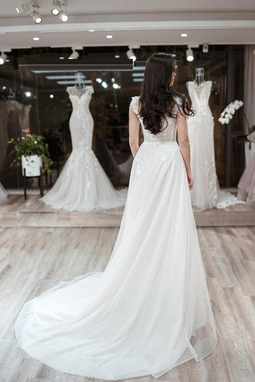 Không phải cứ đính nhiều hạt pha lê Swarovski, đá cao cấp hay thậm chí kim cương mới làm nên bộ lễ phụclộng lẫy, sang trọng mà chính nét nhẹ nhàng, tinh tế là chuẩn mực của thời trang cưới hiện đại. Và quan trọng hơn cả, thiết kếváy cưới cần thể hiện được tính cách, thẩm mỹ của cô dâu, NTK Phương Linh chia sẻ.Trang phục & Ảnh: Calla Bridal.