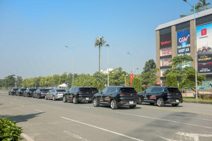 Từ Vincom Long Biên, 14 chiếc xe xếp thành hàng dài lăn bánh ra vòng xuyến Nguyễn Văn Linh, đi qua cầu chui và tiến lên cầu Chương Dương. Những chiếc xenày chuẩn bị được sử dụng trong chương trình Lái thử VinFast Lux - Trải nghiệm đẳng cấpsắp diễn ra.