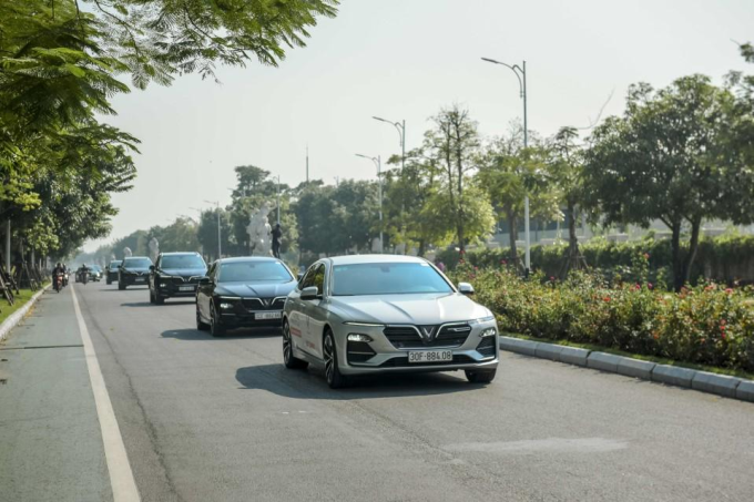Sau khi bàn giao phiên bản thương mại tới tay khách hàng từ ngày 28/7, đây là lần đầu tiên người dân Thủ đô chứng kiến dàn xe VinFast Lux lăn bánh trên đường phố.