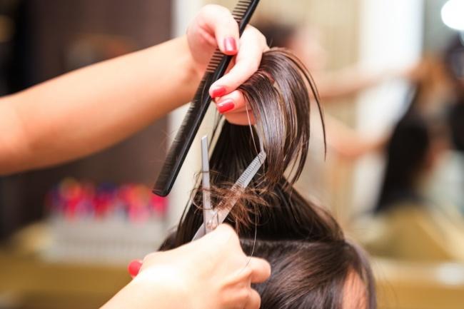 Cắt bớt phần tóc chẻ ngọn và hư tổn cũng là cách giúp tóc bạn trông khỏe và bớt xơ hơn. Phần ngọn có thể bị chẻ và hư tổn sâu hơn nếu không được chăm sóc tốt. Cắt tóc định kỳ cũng giúp chị em có diện mạo mới, thay đổi bản thân, lại giúp tóc chắc khỏe.