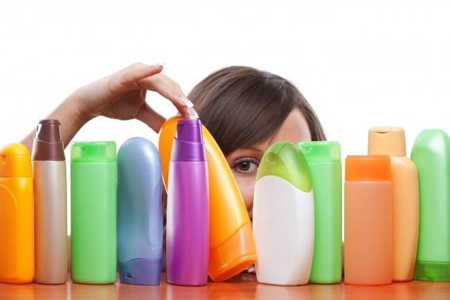 Một trong những sai lầm lớn nhất khiến tóc ngày càng hư tổn nặng là chọn sai loại dầu gội. Dù cố chăm sóc bằng các sản phẩm dưỡng tóc đắt tiền, tóc vẫn gãy rụng, mất độ bóng, sáng, trông xơ xác nếu dùng nhầm dầu gội không phù hợp. Giống như da, tóc có nhiều loại khác nhau: tóc hư tổn, nặng hoặc nhẹ; tóc bóng dầu; tóc khô; tóc nhuộm; tóc khỏe... Hiện nay trên thị trường có nhiều loại dầu gội đặc trị cho từng loại tóc khác nhau. Tóc hư tổn dễ gãy rụng, thiếu độ sáng và bóng nên cần chăm sóc kỹ lưỡng, hạn chế tạo mẫu tóc bằng nhiệt. Với tóc nhuộm, chọn đúng loại dầu gội phù hợp giúp giữ màu tóc bền hơn.