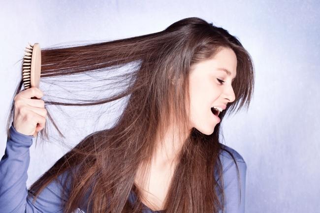 Chải đầu quá mạnh và quá thường xuyên khiến tóc bị kéo căng,giòn, nhanh gãy rụng. Không nên chải tóc ngay sau khi gội đầu, lúc tóc còn ướt. Đợi tóc khô hẳn, dùng tay nhẹ nhàng tách từng lọn tóc, gỡ rối trước, sau đó dùng lược răng thưa chải tóc nhẹ nhàng từ ngọn, di chuyển dần lên chân tóc.
