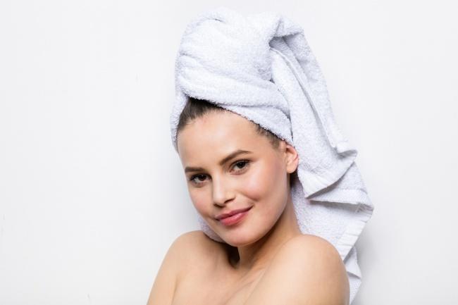 Sau khi gội đầu, nếu muốn tóc khô nhanh, nên dùng áo thun để lau khô tóc thay cho khăn tắm. Chất thun cotton hút ẩm nhanh, lại không làm tổn hại đến bề mặt tóc. Tránh việc dùng khăn tắm quấn chặt tóc, gia tăng tỷ lệ tóc gãy rụng.