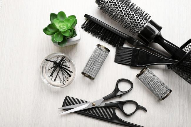 Vệ sinh lược chải tóc thường xuyên giúp loại bỏ những bụi bẩn, vi khuẩn bám vào lược do sử dụng lâu ngày. Tần suất vệ sinh nên là một lần mỗi tuầnbằng nước ấm.