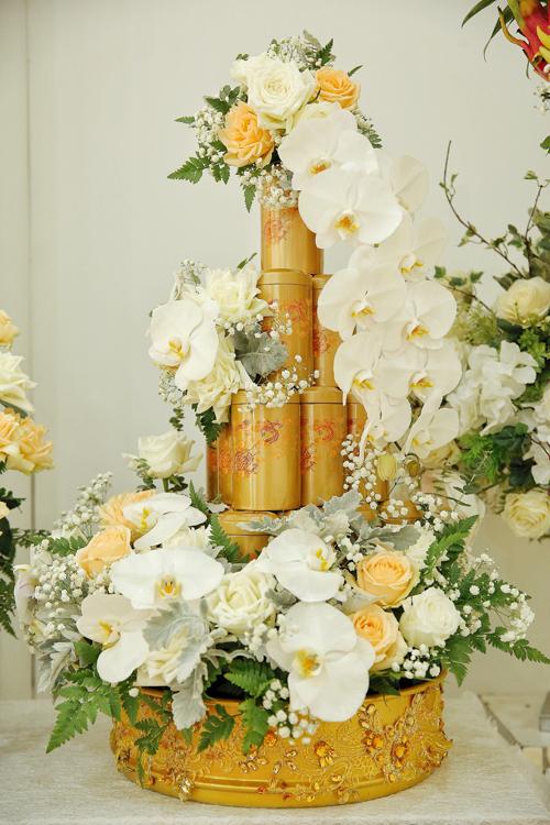 Hoa hồng, những cánh lan hồ điệp được chọn để tô điểm cho bộ tráp theo sở thích của uyên ương.