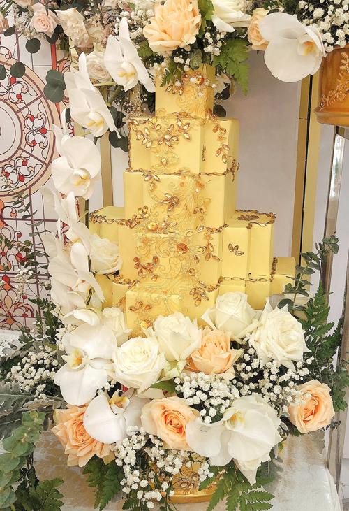 Hoàng Khánh sử dụng chất liệu tráp kim loại hiện đại, đính kết thủ công phụ liệu thời trang cao cấp như ren, pha lê, đá ánh vàng đồng như vì sao lấp lánh.