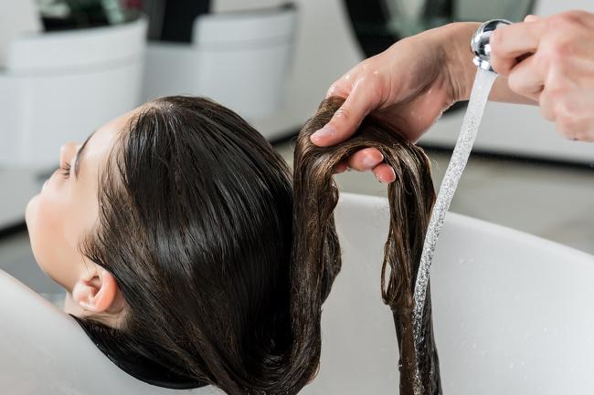 Trong một số trường hợp, tóc gãy rụng nhiều, mất đi độ bóng là dấu hiệu thể hiện sức khỏe bạn đang có vấn đề. Thường tóc rụng nhiều có liên quan đến các vấn đề về đường tiêu hóa hoặc tuyến giáp, rối loạn nội tiết tố, căng thẳng, thậm chí là tiểu đường. Cấu tạo cơ thểquy định tóc là điểm đếncuối cùng trong dây chuyền vận chuyển khoáng chất đến các bộ phận. Nếu nhận thấy tóc rụng nhiều, hãy chú ý đến sức khỏe hoặc tìm đến bác sĩ, phòng khám để có biện pháp chữa trị kịp thời.