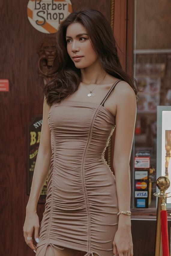 Mẫu váy ôm sát, kiểu dáng dây rút độc đáo tôn lên đường cong của Minh Tú.