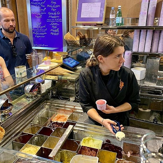 Kỳ Duyên ăn kem ở tiệm kem Song Hye Kyo - 8