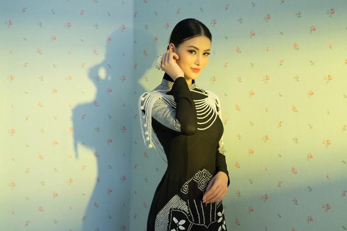 Vòng ngọc trai được chọn lựa để giúp tạo hình của hoa hậu Phương Khánh thêm cuốn hút.