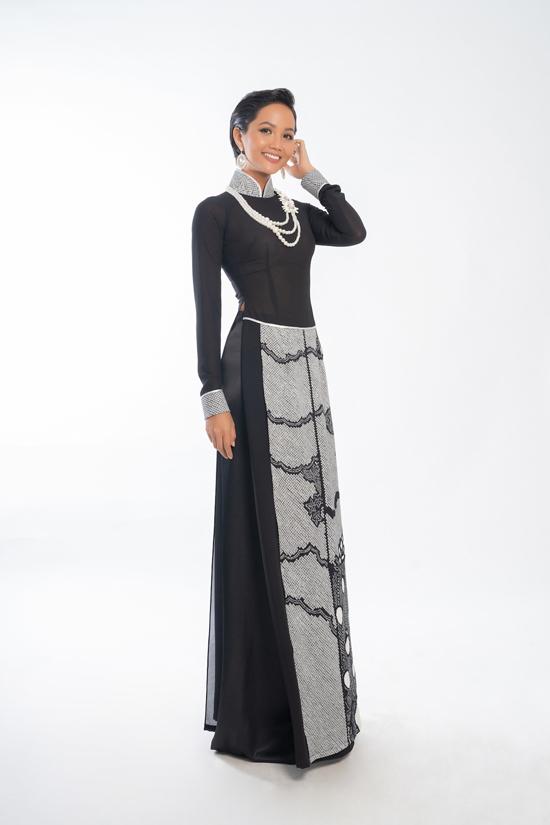 Để kỷ niệm 25 năm làm nghề, nhà thiết kếVõ Việt Chung vừa thực hiện bộ sưu tập áo dài đặc biệt với tên gọi Nàngkết hợp giữa 2 chất liệu Lãnh Mỹ A truyền thống Việt Nam và lụa chirimen Nhật Bản.