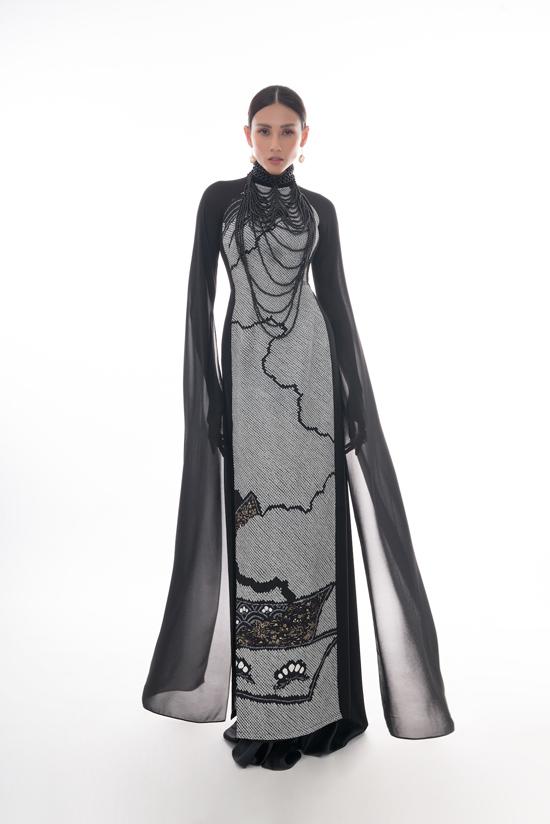 Áo dài với phần tay biến tấu xẻ tà được chuẩn bị riêng cho siêu mẫu Võ Hoàng Yến.