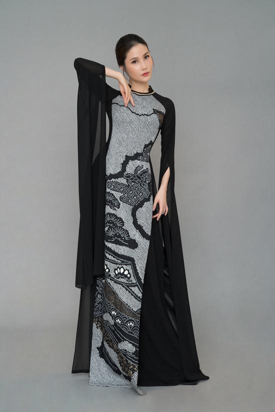 Diễn viên Diễm My 9x thể hiện động tác tay uyển chuyển khi diện áo dài trang trí hoa văn đậm dấu ấn Nhật Bản.