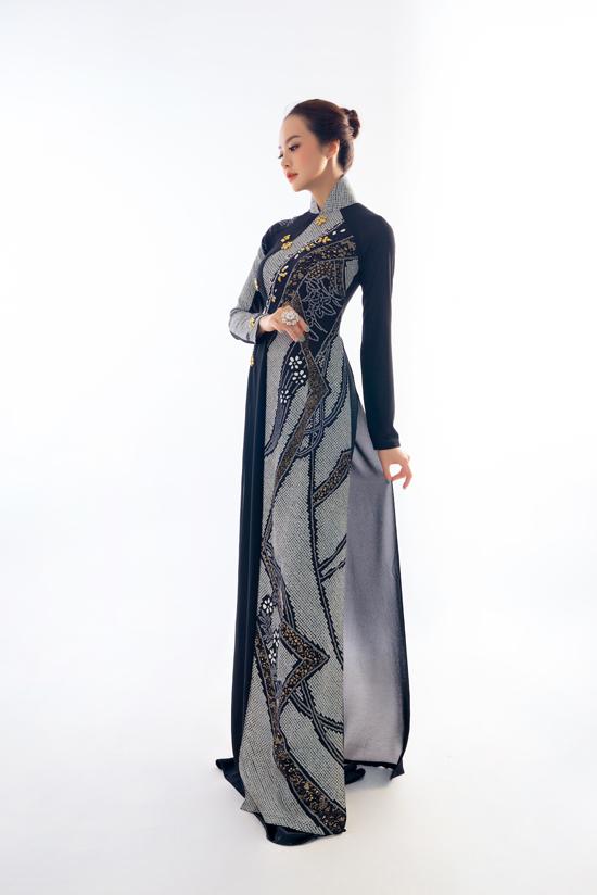 Kiều Ngân sang trọng trong tà áo dài lụa Chirimen. Đây là chất liệuđược làm bằng tay với khổ vải rất nhỏ, hoa văn được thêu, in, vẽ, đính kết rất công phu.