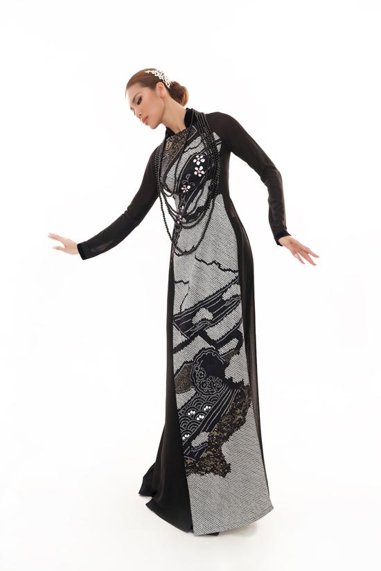 Khác với phong cách sexy và cá tính thường thấy, Minh Tú thể hiện tạo dáng uyển chuyển khi diện áo dài của Võ Việt Chung.