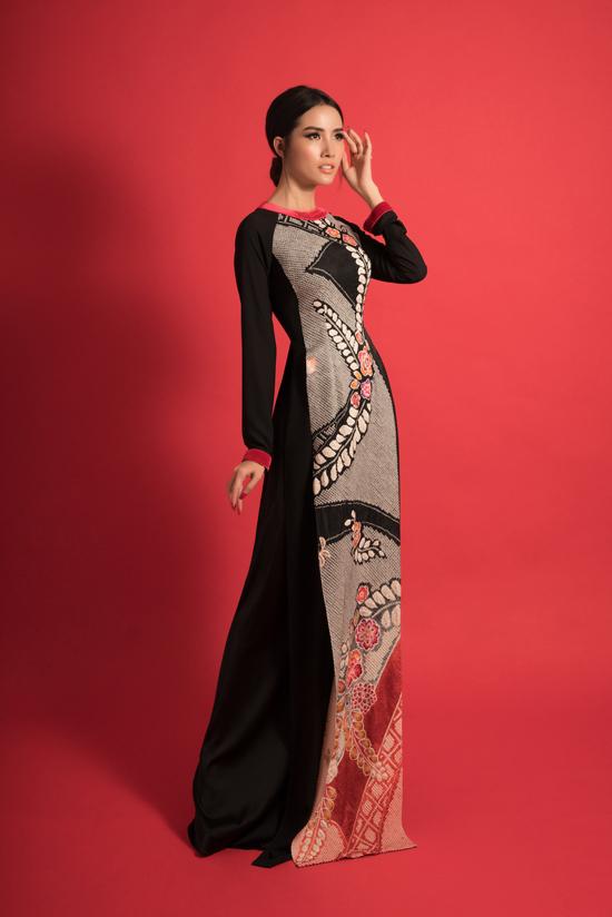 Mơ Phan khoe dáng với áo dài cổ tròn, thiết kế được nhà mốt Việt tận dụng và khai thác nhiều trong bộ sưu tập mới.