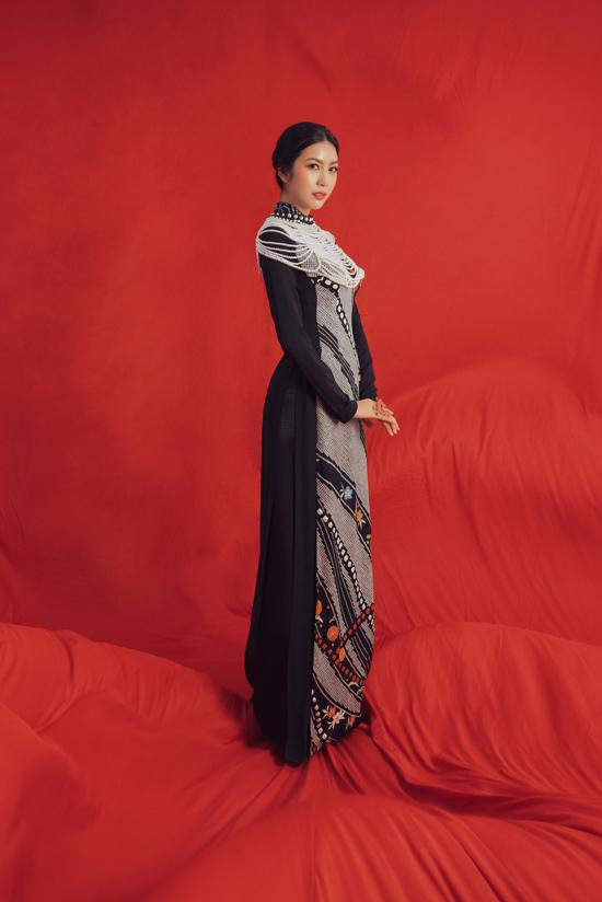 Cùng với họa tiết dệt thủ công, áo dài của Thúy Vân còn được trang trí hoa thêu tỉ mỉ.