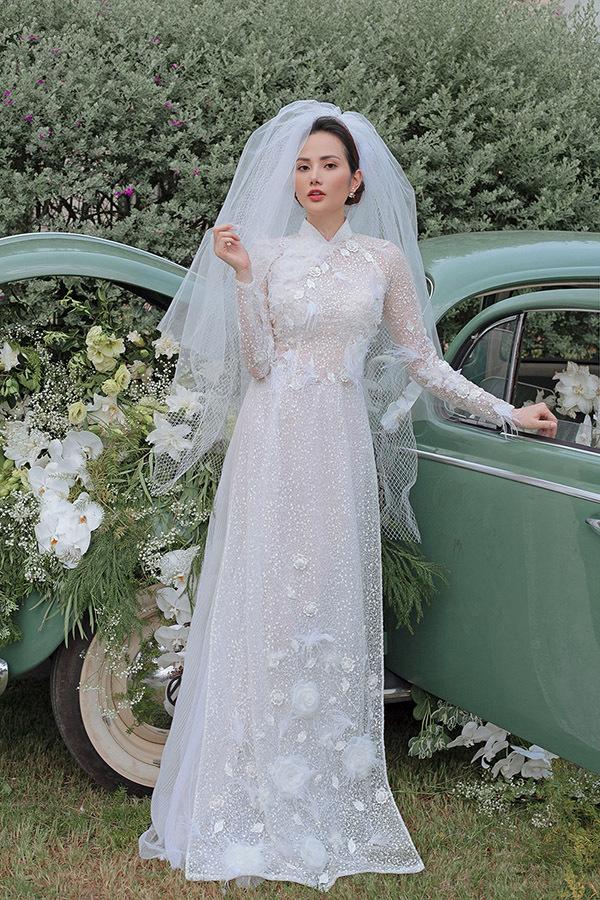 Người đẹp kết hợp áo dài đính hoa 3D với khăn voan lộng lẫy khi hóa thân thành cô dâu.