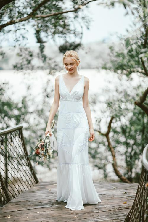 Váy Bly chứa đựng sựthanh lịch, cổ điển, mang phom dáng gọn gàng- điều thường thấytrong phong cách thiết kế của Trương Thanh Hải. Chiếc váy trông đơn giản nhưng được NTK thực hiện tỉ mỉ, chú trọng từng đường cắt may nhỏ nhất đến những đường ráp vải phức tạp.