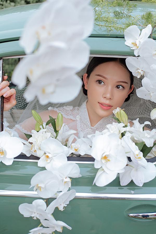 Linh Rin sinh năm 1993, là một trong những hot girl đình đám ở Hà Nội khi làm MC, diễn viên, mẫu ảnh. Cô từng là học trò của Phạm Hương tại The Look 2017 nhưng không thực sự nổi bật. Chỉ đến khi công khai yêu Phillip Nguyễn, em chồng Tăng Thanh Hà, cô mới thực sự được chú ý.
