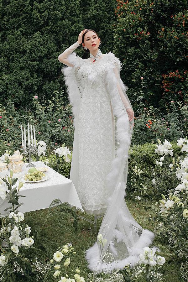 Linh Rin mới đây chia sẻ nhiều tấm hình mặc áo dài cưới trên trang cá nhân, khiến nhiều người đồn đoán cô chuẩn bị theo chàng về dinh. Tuy nhiên, đây chỉ là hình ảnh trong bộ sưu tập mới của nhà thiết kế Kenny Thái.