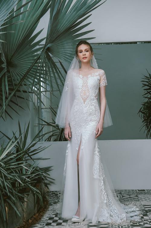 Chiếc váy Alice tôn đường cong phái đẹp với đường xẻ, cắt cúp tinh tế. Điểm nhấn của bộ đầm nằm ở chi tiết ren thêu tay.