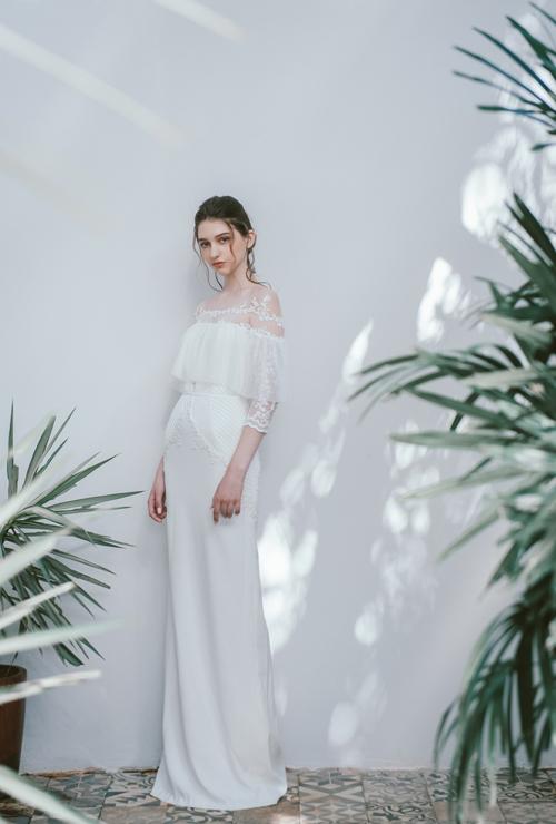 Chiếc váy ôm dáng suông tênElly có vải lưới nơi ngực, tay và được điểm họa tiết hoa li ti từ vai xuống thân váy.