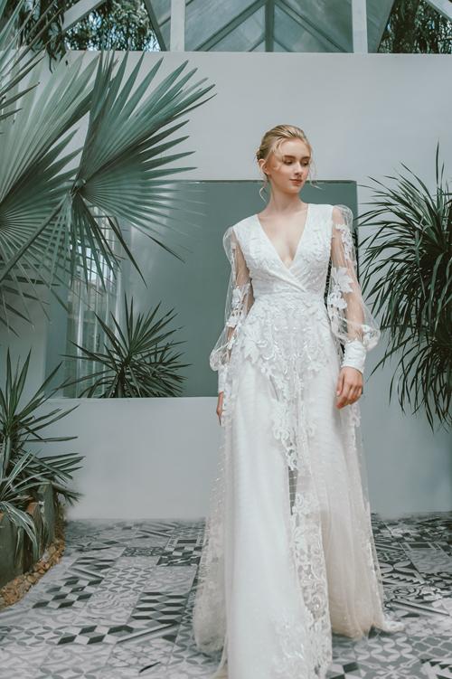 Váy Diane có nhiều lớp lang, lớp ngoài cùng là vải lưới đắp ren hoa. Phần cổ chữ V được xếp vải chéo, tay lưới dài mang phom dáng cổ điển.