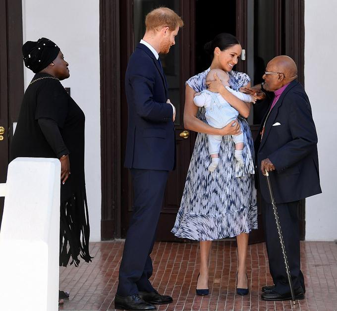 Đức Tổng giám mục Tutu và vợ đón tiếp gia đình Sussex sáng 25/9. Ảnh: Reuters.
