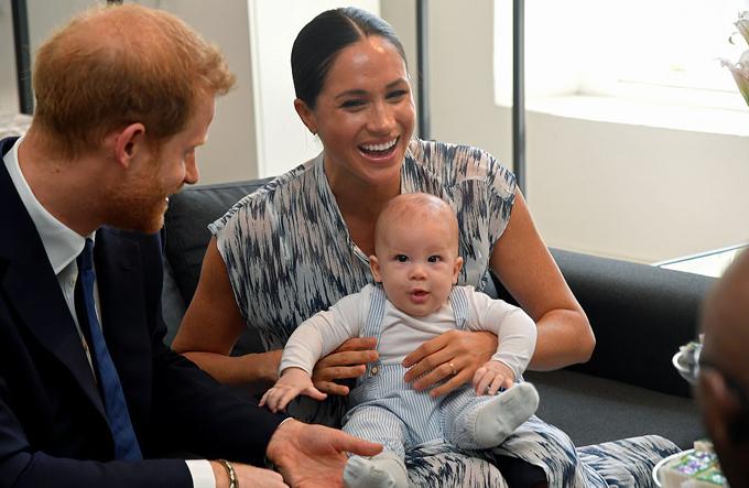 Bé Archie được mẹ bế trên lòng trong suốt buổi uống trà, nói chuyện với Đức Tổng Giám mục Tutu sáng 25/9. Ảnh: Reuters.