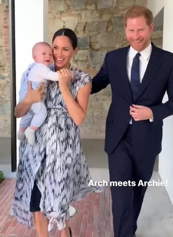 Vợ chồng Meghan bế con trai tới gặp Đức Tổng Giám mục Desmond Tutu ở Cape Town, Nam Phi, sáng 25/9. Ảnh: Instagram.