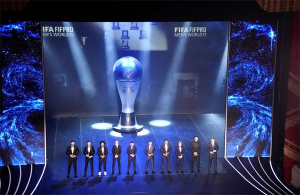 10 danh thủ lọt vào Đội hình tiêu biểu năm của FIFA góp mặt trên sân khấu. C. Ronaldo cũng có tên nhưng không tới dự. Ảnh: AFP.