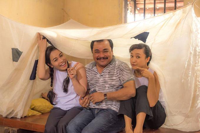 Nhật Kim Anh (trái), Lê Bê La (phải) vui đùa cùng đạo diễn Phương Điền trên trường quay.